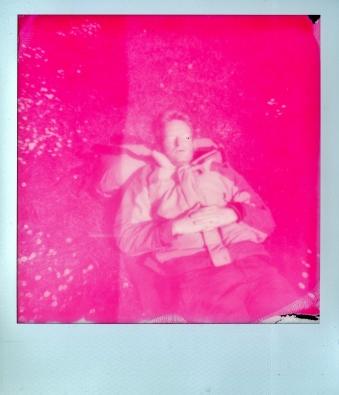 Polaroid 640 met Impossible Magenta Monochrome.